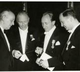 <p>Uitreiking van de gouden dirigeerstok aan Willem van Otterloo. Rechts op de foto staat Theo Olof.</p>